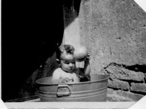 niño bañándose en tina