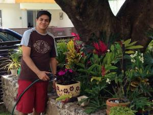 Axa haciendo jardinería
