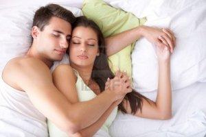 pareja abrazada en cama