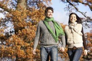 pareja-joven-caminando-en-el-parque-la-mano