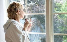 mujer_en_ventana_triste