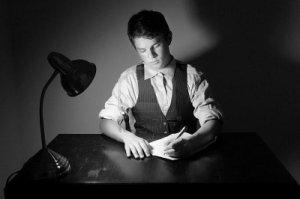joven-escribiendo-carta escritorio-lampara