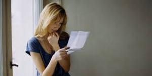 leyendo carta