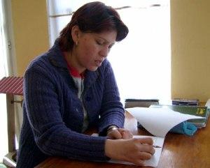 persona escribe carta