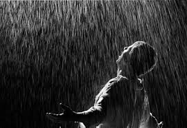 hombre_bajo_lluvia