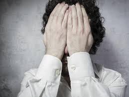 vergüenza_temor_vulnerabiliad_hombre_oculta_rostro