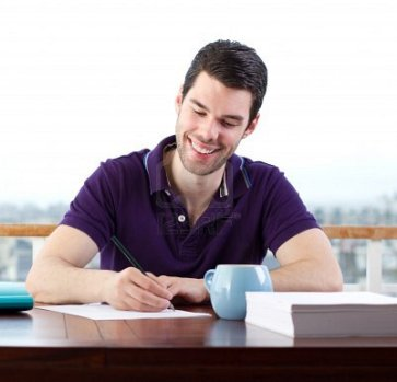 12039837-hombre-joven-feliz-escribiendo-una-carta-a-mano
