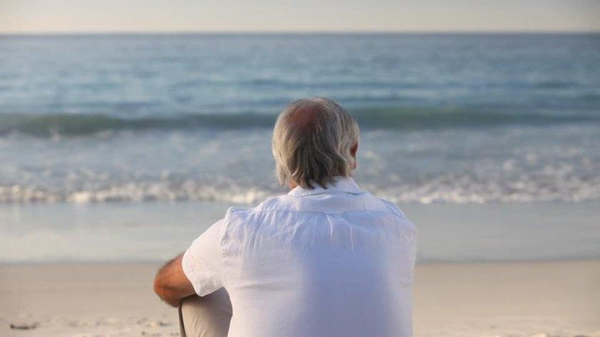 hombre en playa